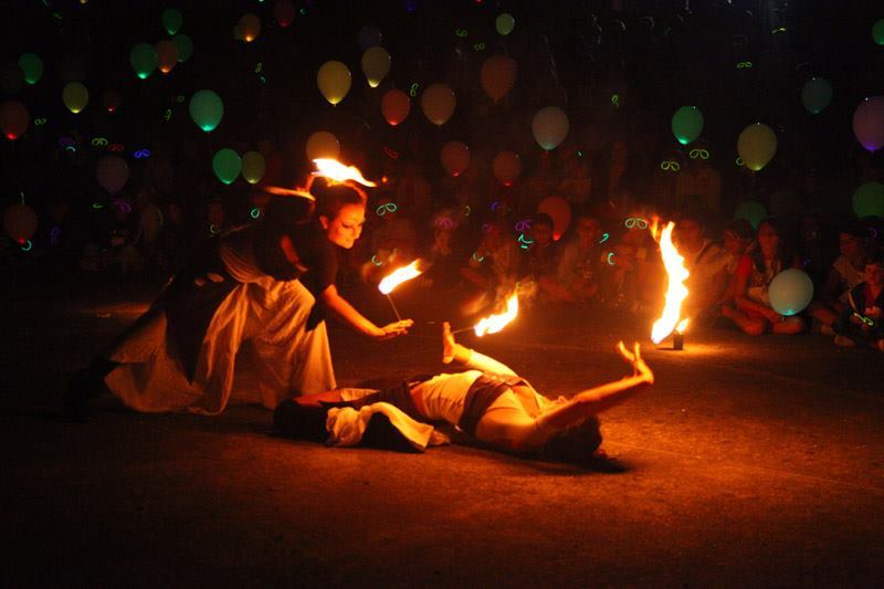 fire girl dance performance fuoco danza giocoleria jugglers